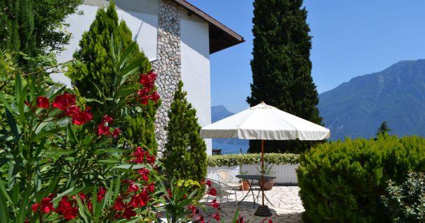 Hausansicht und Terrasse
