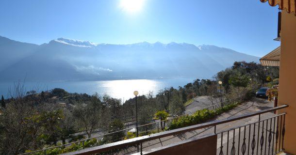 Balkon mit See- und Bergblick
