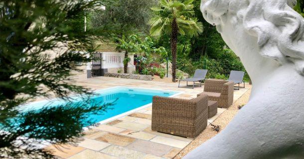 neu angelegter Garten mit Pool
